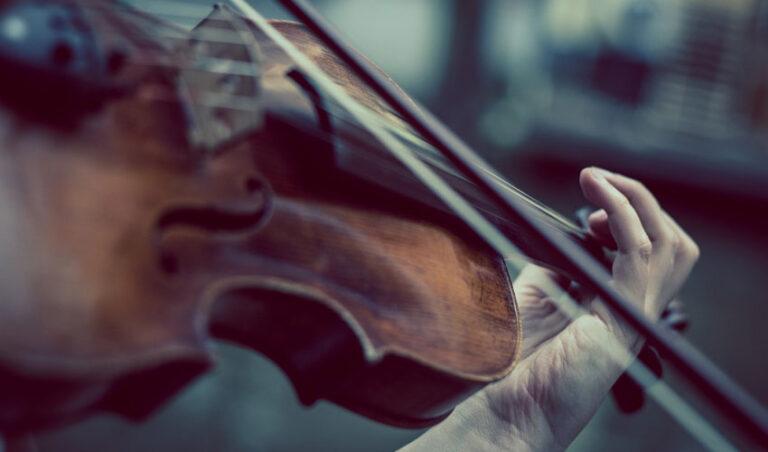 Violinist na železniški postaji